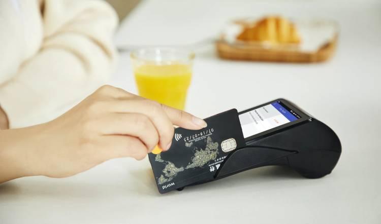 Zalety karty debetowej - sprawdź!